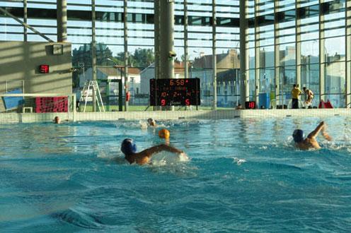 piscine quiper des bassins avec affichage sportif et